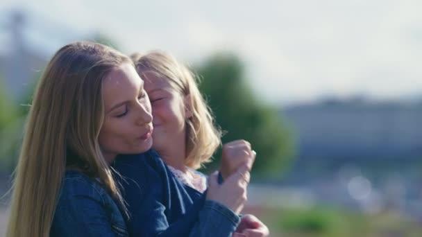 Mutter und Tochter im Freien küssen