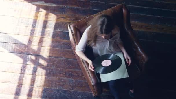 Fiatal lány, a fonográf-rekord