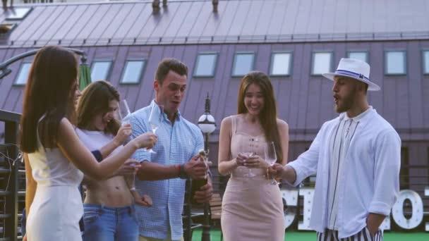 Freunde auf einer Party mit Champagner