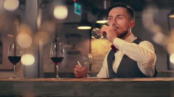 junger Sommelier verkostet Wein