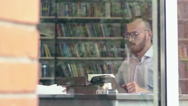 Junge Schriftstellerin bei der Arbeit