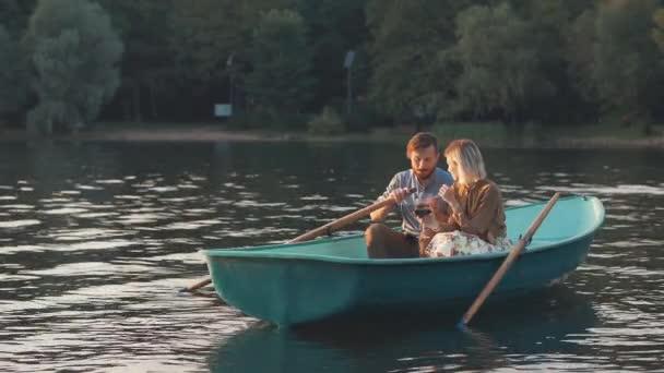 Pár boat at sunset