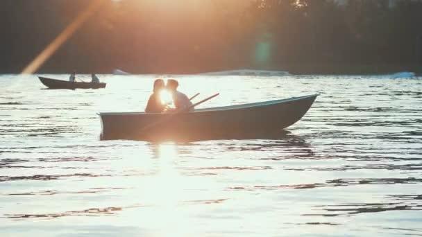 romantický pár při západu slunce