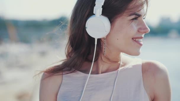 mladá dívka poslouchá hudbu