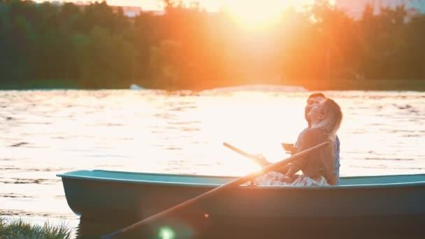 Směje se pár při západu slunce