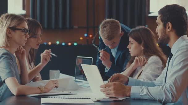 Podnikatelé na schůzi uvnitř