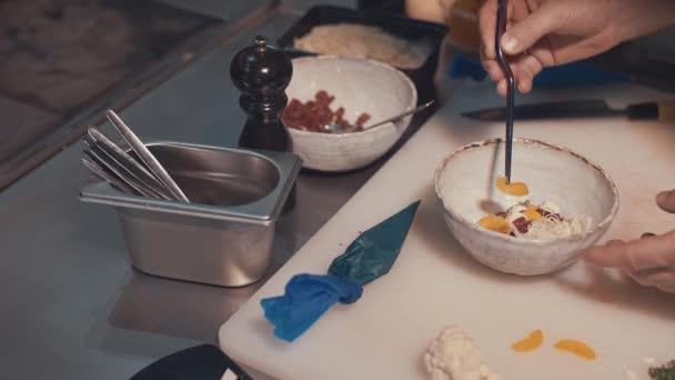 Kuchař připravuje v kuchyni zblízka