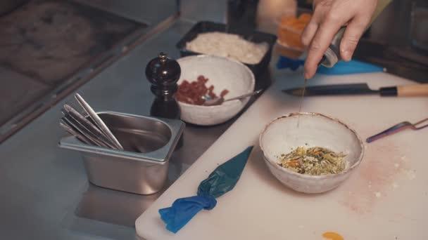 Šéfkuchař připravuje v kuchyni