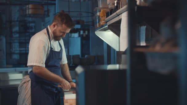 mladý kuchař v kuchyni