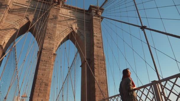 Attraktive Mädchen auf der Brooklyn Bridge in New York