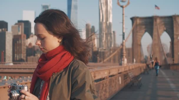 Atraktivní žena s retro fotoaparát v New York City