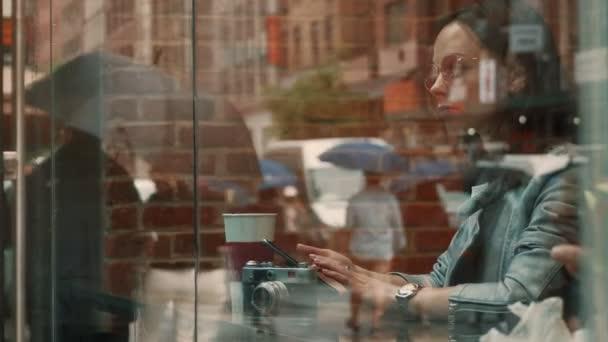 attraktives Mädchen in einem Café in New York