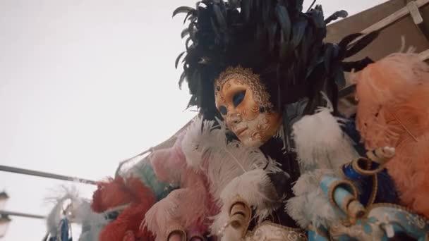 Italienische Masken im Wind in Venedig