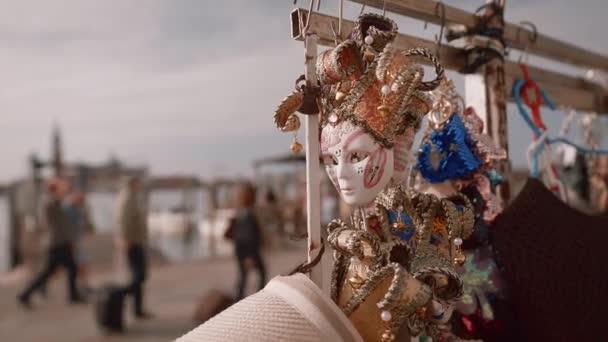 Benátské masky na ulici v Itálii
