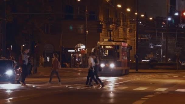 Modrá tramvaj v Praze večer