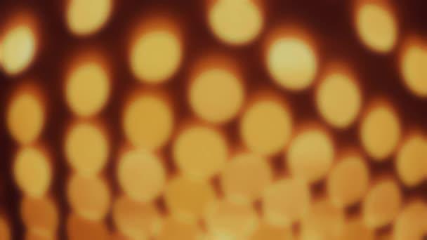 žluté světlo žárovek