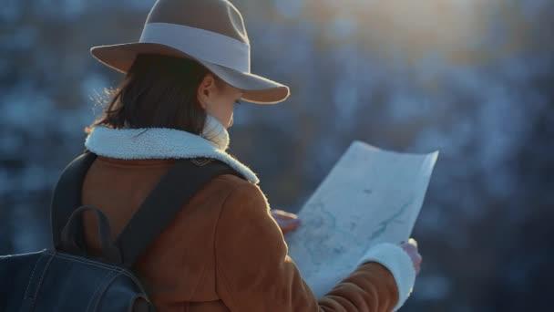 Mladá dívka s mapou