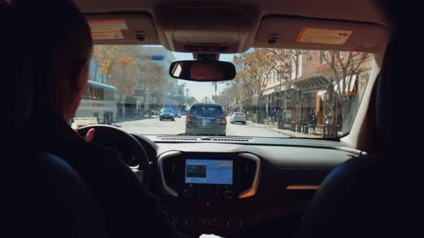 Fiatal párok autóval Kaliforniában