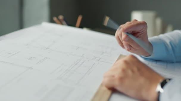 Junger Mann arbeitet mit einem Plan, Nahaufnahme
