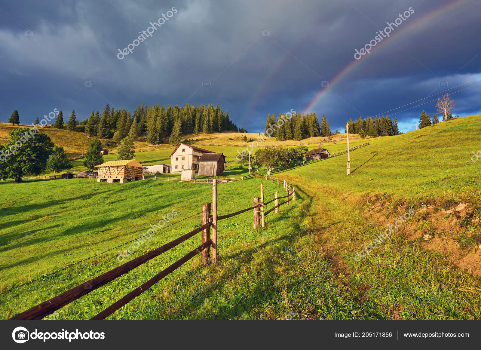 Farm House Green Sunny Field Rainbow Stockfoto Saharrr 205171856