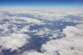 Modrá obloha a Cloud Top pohled z okna letadla, přírodní pozadí.