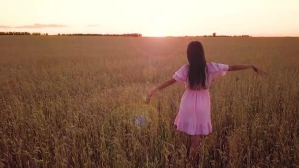 junges Mädchen im Weizenfeld (mit Leuchtfackeln))