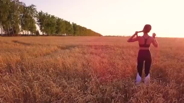 Sportovní dívka běžec v pšeničné pole