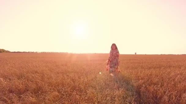 junges Mädchen zu Fuß in Weizenfeld