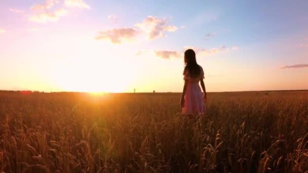 junges Mädchen im Weizenfeld