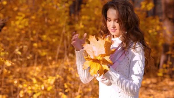 mladá dívka v podzimním lese