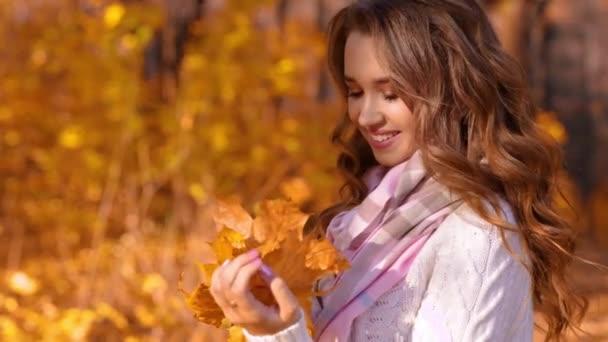 fiatal lány az őszi erdő