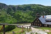 Fotografie Dřevěný přístřešek Samotnia a jezera Maly Staw v polské hory Krkonoše
