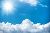 Nap-sugárzás és a fehér felhők, a ragyogó kék ég