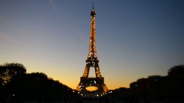 Osvětlené Eiffelova věž s jiskru světla v noci v Paříž, Francie