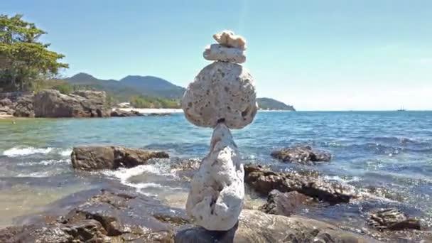 Zen kő egyenleg köves strand és a tenger a háttérben