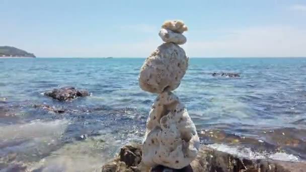 Zen kameny zůstatek na kamenitou pláž a moře pozadí
