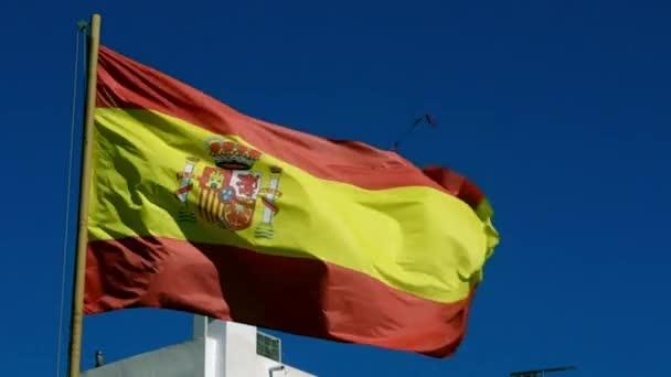 Spanyol zászló a szélben