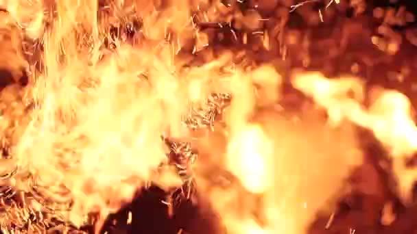 Égő szikra repül. Gyönyörű lángok.