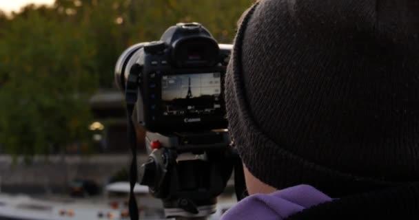 Profesionální žena fotograf dělá fotografie Eifel Tower