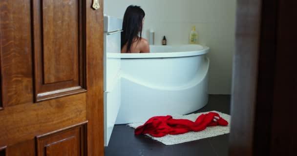 Žena se koupe