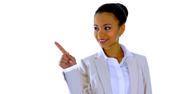 Roztomilá mladá žena ukazuje prstem pryč