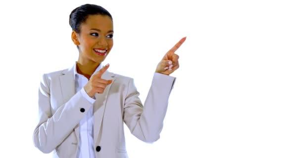 Aranyos fiatal nő mutogat egy ujjal.