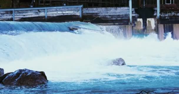 Fallendes Wasser in Wasser Schwelle