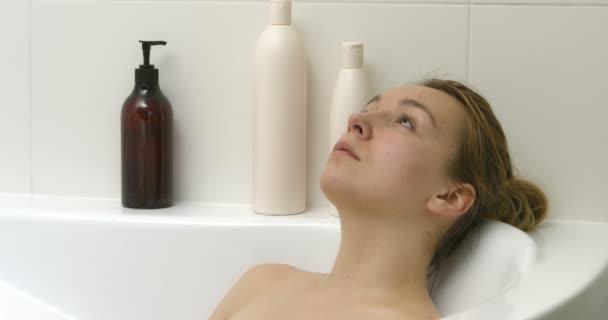 Odpočívá ve vaně