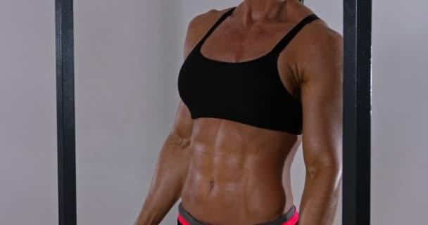 Sportovní žena s osvalená břicho