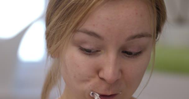 Blond žena čištění zubů. Slowmotion film.