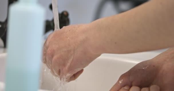 Plýtvat vodou problém