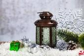 Vánoční lucerny, jedle větev a sněhová vločka na pozadí grunge. Výzdoba na Vánoce