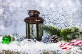 Vánoční lucerny, jedle větev a sněhová vločka na pozadí grunge. Výzdoba na Vánoce.