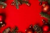 Fotografia Priorità bassa rossa di Natale con lalbero di abete, christmass rosso palle telaio. Vista superiore piatto con lo spazio della copia.